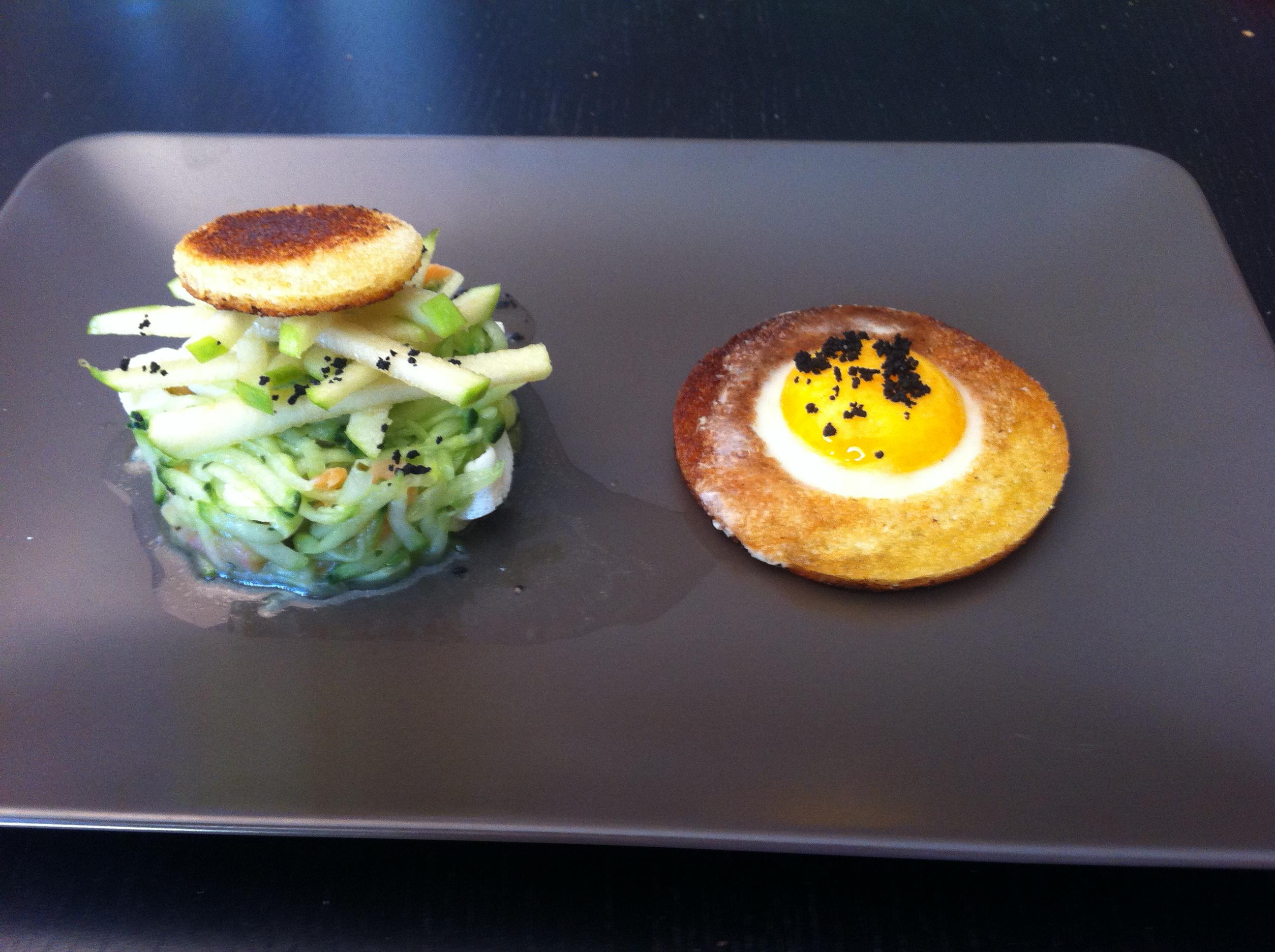 l 39 oeuf au plat fa on saturne et salade concombre pomme saumon menthe bobstronomie ca. Black Bedroom Furniture Sets. Home Design Ideas