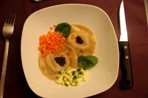 Ravioles de foie gras, légumes croquants et bouillon de volaille