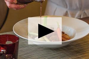 VIDEO – Kevin Breugnot – La pintade en deux façons dans son pot au feu aux légumes du jardin et bouillon gourmand – Côté Mas à Montagnac