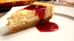 Cheesecake au citron vert et à la vanille de Madagascar avec son coulis de fruits rouges