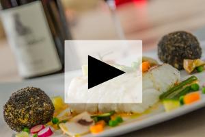 VIDEO – Frédéric Marchal – Dos de cabillaud sauce albuféra, sphère croustillante de risotto et légumes croquants – Le Temps Suspendu à Saint-Jean-de-Védas