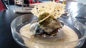 Raviole noire aux langoustines et sauce Noilly Prat