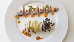 Maquereau au sel, gel de pamplemousse et cannelloni de radis noir, chou-fleur, crevettes et tonka